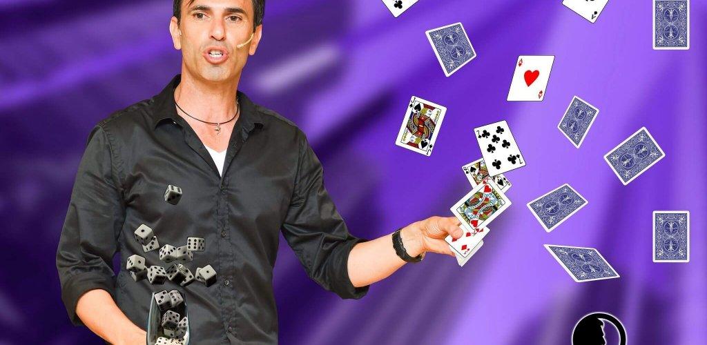 תמונה עם קלפים וקוביות מעופפות